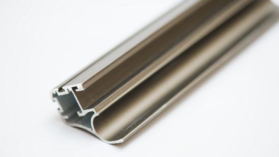 Ruskeaksi anodisoitu alumiiniprofiili