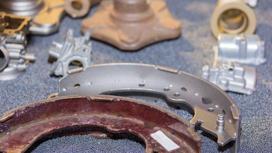 Kuvassa on metalliosia ennen ja jälkeen suihkupuhdistuksen.
