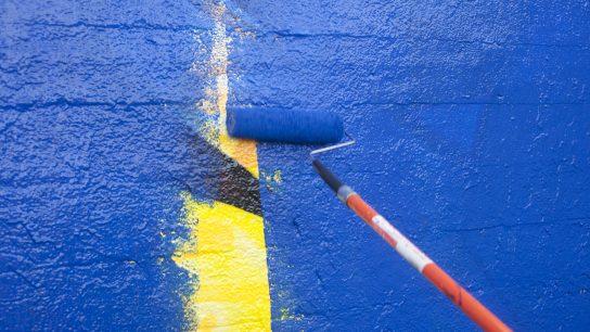 Antigraffitimaalilla graffitien pesu helpottuu.