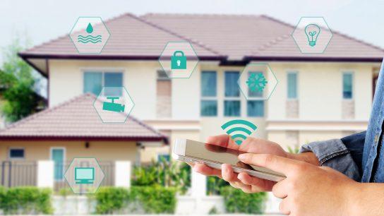 Automatisoidun talon ohjaus onnistuu myös etänä älypuhelimella.